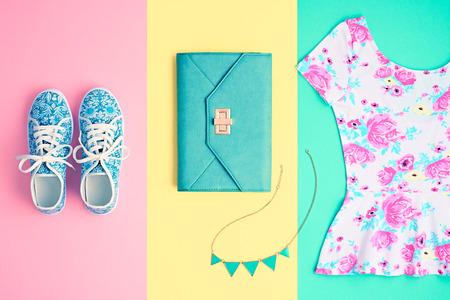 유행. 의류 액세서리 패션 세트. 세련된 여성 의상 및 액세서리, Glamour Handbag 클러치, 트렌디 한 gumshoes. 여름 패션 복장, 액세서리. Essentials Overhead Top.Mini 스톡 콘텐츠