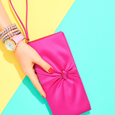 Mode. Kleding accessoires mode instellen. Vrouwelijke hand Stijlvol Trendy handtas clutch, glamour horloges. Zomer mode meisje Outfit, luxe partij accessories.Hipster Essentials.Minimal mode-stijl