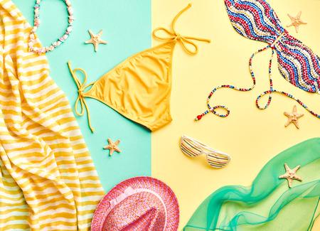 ropa de verano: Moda. Summer Beach vestimenta. ropa de verano, set de la muchacha con estilo. Moda Mujer del verano del traje de ba�o del bikini, gafas de sol hat.Essentials arte creativo. Concepto tropical view.Vacation superior sea.Unusual
