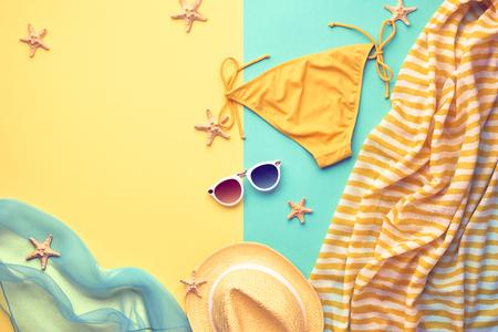 ropa de verano: Fashion. Summer Beach Outfit. Summer clothes, Accessories Stylish girl set. Summer Fashion woman swimsuit Bikini, Sunglasses hat.Essentials creative art. Tropical sea.Unusual top view.Vacation concept Foto de archivo