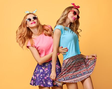 ファッションの流行に敏感な女性を持つ楽しいクレイジー生意気なダンス。ヒップスター姉妹最高のスタイリッシュな夏服の双子の友達。面白いモ