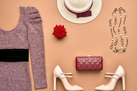 가을 패션 여자 액세서리 세트 옷. 패션 드레스, 세련된 핸드백 클러치, 글래머 힐, 로즈. 최신 유행 패션 디자인. 평면도. 패션 가을. 차림새. 빈티지 레