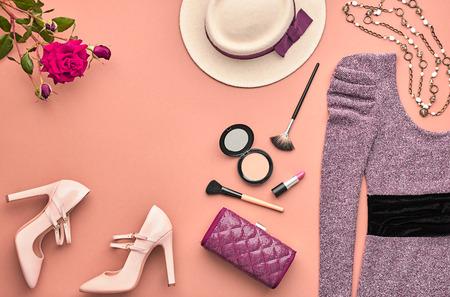 패션 여자 의류 액세서리 세트입니다. 에센셜 패션 화장품 메이크업. 세련 된 레이디 드레스, 핸드백, 글 래 머 힐, 로즈. 트렌디 한 패션 디자인. 평면