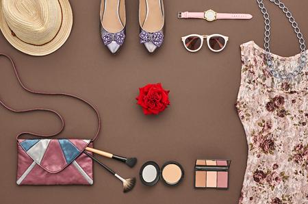 최신 유행 패션 디자인 의상. 패션 여자 액세서리 세트 옷. 필수 패션 화장품 메이크업입니다. 세련된 드레스 마법 핸드백, 유행 신발, 로즈. 평면도. 크