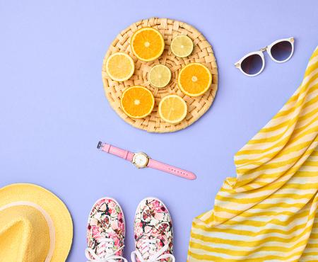 유행. 여름 의류 액세서리 세트. 패션 디자인. 패션 여자 마법 시계, 유행 소식통 선글라스 고무 덧신. 세련된 여자 Outfit.Tropical 신선한 과일입니다. 패