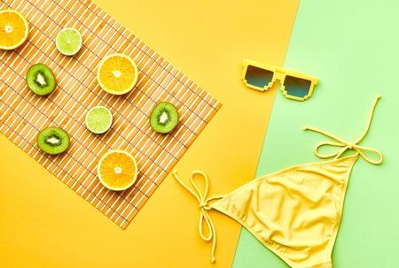 Mode. Tropical Fresh Summer Set. Fashion Design. Heldere kleur. Fashion stijlvolle accessoires Fruit. Citrus. Fashion vrouw van de glamour Swimsuit Bikini. Minimaal. Top View. Creative Art Concept. Essentials