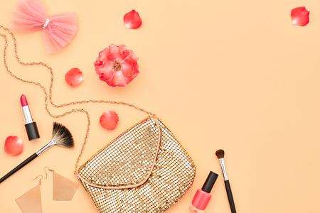 패션 화장품 메이크업입니다. 여자 아름다움 액세서리를 설정합니다. 골자. 패션 디자인. 립스틱 브러쉬 아이 섀도우, 패션 글래머 세련된 골드 클러치 스톡 콘텐츠