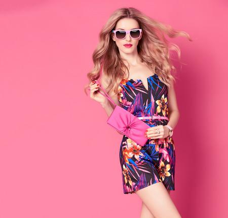 유행 봄 여름 드레스 패션 여자입니다. 세련된 물결 모양 헤어 스타일, 패션 선글라스, 여름 꽃 복장. 섹시 죄수 복에서 매력적인 금발 여성, 패션 포즈.