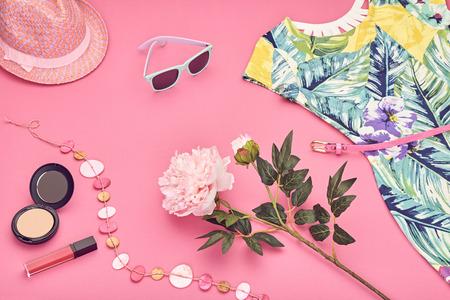 Summer street style. Ontwerp Spring Fashion meisje kleding set, accessoires, cosmetica. Trendy sunglasses.Summer gebloemde jurk, mode hoed lentebloemen. lady zomer. Creative urban. Perspectief
