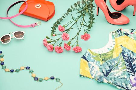 女の子のファッション デザイン春服セット、アクセサリー。トレンディなサングラス、花柄のドレス、ファッション ハンドバッグ クラッチ、花。 写真素材