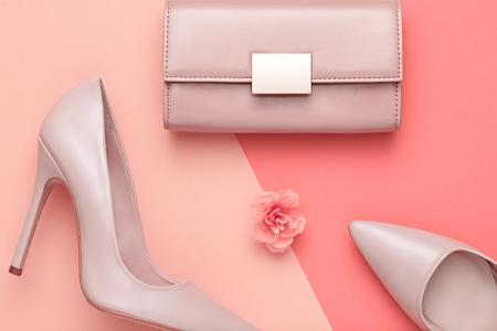 패션 디자인 여자 액세서리 세트입니다. 파스텔 색상입니다. 화장품 메이크업입니다. 트렌디 패션 핸드백 클러치 옷입니다. Glamour fashion shoes Heels. 꽃.  스톡 콘텐츠