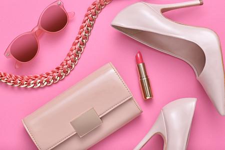 패션 디자인 여자 액세서리 세트입니다. 파스텔 색상입니다. 화장품 메이크업입니다. 트렌디 선글라스 패션 핸드백 클러치 옷. Glamour fashion shoes Heels.