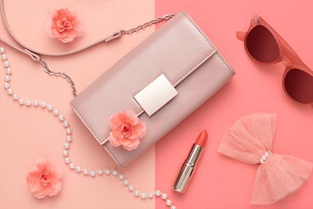 패션 디자인 여자 액세서리 세트입니다. 파스텔 색상입니다. 화장품 메이크업입니다. 트렌디 선글라스 패션 핸드백 클러치 옷. 글 래 머 패션 액세서리