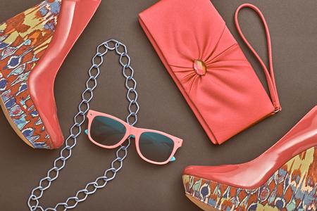 女性のファッションアクセサリーのデザインを設定します。トレンディなファッション サングラス、クラッチ バッグ。容姿の美しさファッション