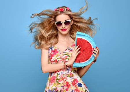 夏の服装でファッション美容女性。ファッションで官能的なセクシーな金髪のモデルは、笑顔をもたらします。トレンディな花夏ドレス、スタイリ