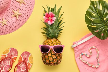 Mode ananas. Heldere zomerkleur. Kledingaccessoires instellen. Creatief kunstconcept. Het Badpakbikini van de maniervrouw, Tropische ananas. Stijlvol meisje. Minimaal. Zomer achtergrond op geel. Bovenaanzicht