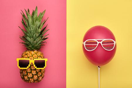 Mode Ananas en Roze Luchtballon. Heldere zomer kleur, accessoires. Tropische Hipster Ananas Met Zonnebril. Creatief kunstconcept. Minimale stijl. Zomerfeest achtergrond. Pret Stockfoto - 80894110