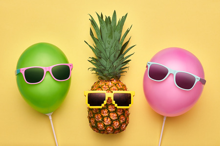 Fashion Pineapple and Pink air Balloon. Bright Summer Color, Accessories. Tropical Hipster pineapple with Sunglasses. Creative Art concept. Minimal style. Summer party background. Fun Imagens