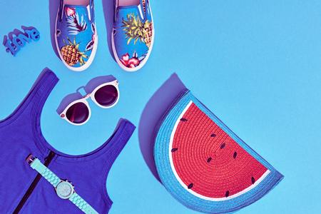여름 Hipster 소녀 액세서리 세트입니다. 패션 디자인. 뜨거운 여름 써니 바이브. 유행 스니커즈, 패션 선글라스, 글래머 수박 클러치. 크리 에이 티브 밝