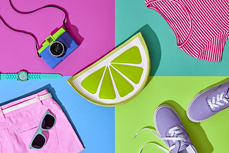 패션 여름 Hipster 집합입니다. 필름 카메라, 의류 액세서리. Glamour Lime Citrus Clutch, 트렌디 한 패션 선글라스. 도시 복장. 더운 여름 색상. 크리 에이 티브