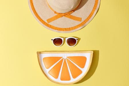 패션 써니 여름 여자가 설정합니다. 트렌디 한 액세서리. 글래머 오렌지 감귤류 클러치, 노란색에 패션 선글라스. 뜨거운 해변 여름 바이브. 창조적 인