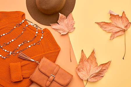 가을 도착. 패션 레이디 옷을 설정합니다. 트렌디 코지 니트 점퍼. 유행 유행 핸드백 클러치, 빈티지 모자. 가 Leaves.Vanilla 파스텔 색상입니다. 스톡 콘텐츠