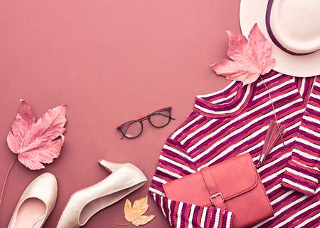 秋に到着します。ファッション婦人服セット。トレンディなニット ジャンパー、帽子です。ファッションのスタイリッシュなハンドバッグ クラッチ 写真素材