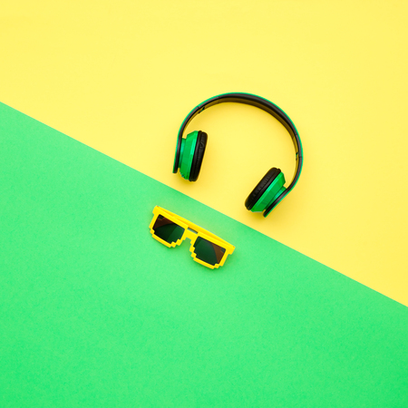 Minimal. Music vibration. Headphones and Trendy fashion Sunglasses. Hipster DJ Accessories Set. Bright Art Creative Style. Sweet color. Top view Zdjęcie Seryjne