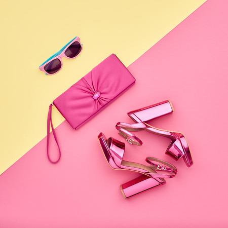 Zestaw dodatków do mody. Minimalny. Glamour mody Metalowe Różowe buty Obcasy. Modne okulary przeciwsłoneczne modne torebki sprzęgła. Luksusowa damska Shiny Party. Pastel Sztuki Kolorowy Styl. Zdjęcie Seryjne