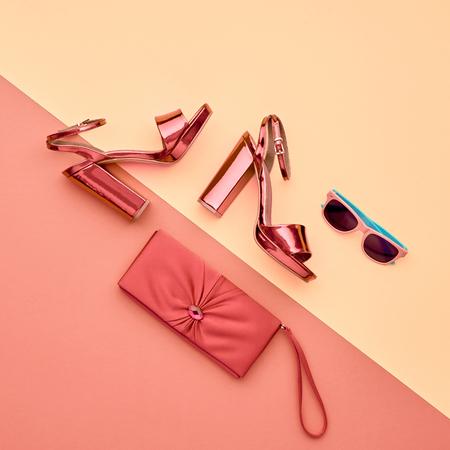 最小限。パステル アートのカラフルなスタイル。容姿の美しさファッションのメタリック ピンクの靴のかかと。トレンディなサングラスおしゃれな