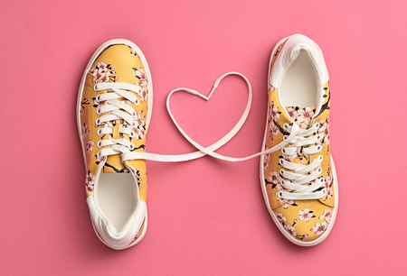 Trendy mode sneakers met hart. Vrouwenset. Pastel Pink Color. Minimale stijl. Zomer bloemen sneakers. Plat leggen. Lente dame. Kunst ontwerp. Liefde, Valentijnsdag concept Stockfoto
