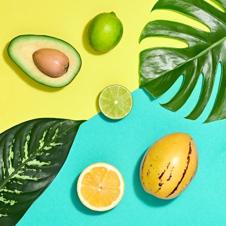 Tropikalne liście palmowe i świeże owoce. Kolorowy letni modny zestaw projektu. Koncepcja mody. Kreatywne lato jasne tło, plaża. Minimalna sztuka Zdjęcie Seryjne