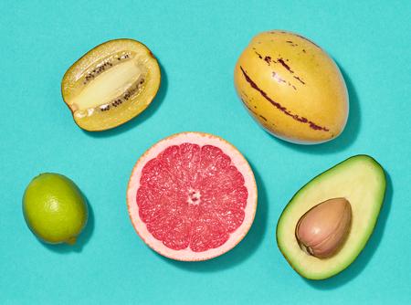 Moda tropikalny układ. Świeże owoce. Zestaw kolorowy lato. Koncepcja zdrowej żywności sztuki. Tło natura jasny lato. Płaskie leżało.