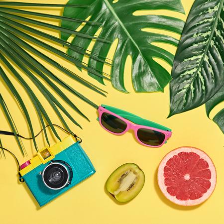 Tropikalne liście palmowe, świeże owoce. Kolorowe gorące letnie klimaty. Koncepcja mody. Modne okulary przeciwsłoneczne, modne dodatki modne. Aparat Retro Design Zdjęcie Seryjne