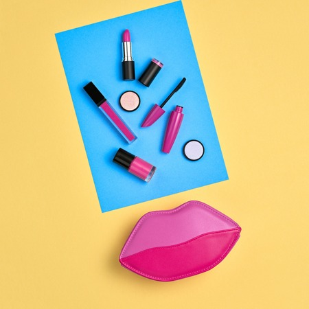 Cosmetic Minimal Makeup Set. Woman Fashion Beauty Accessories. Essentials. Trendy Design Clutch Bag. Lipstick Brushes Mascara. Creative Pastel Color. Art Concept Style. Flat lay. Zdjęcie Seryjne