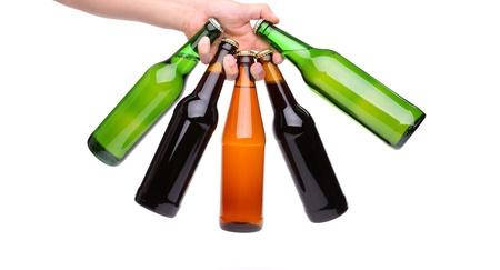 Cinque bottiglia di birra in una mano su sfondo bianco