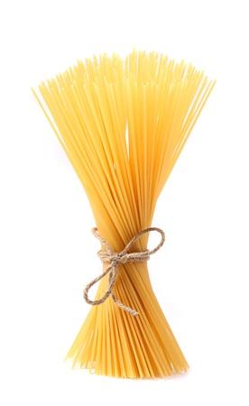 白い背景で隔離のスパゲッティのクローズ アップ。