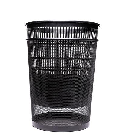 botes de basura: Pl�stico en contenedores de basura de metal sobre fondo blanco