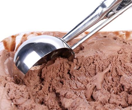 chocolate ice cream: Helado de chocolate scoop Cerca de fondo blanco Foto de archivo