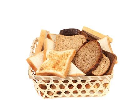 canasta de panes: Cesta llena de pan de molde diferente. Aislado en un fondo blanco.