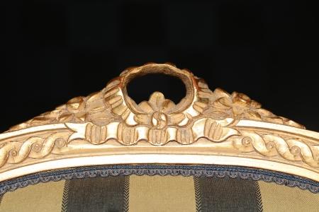 heirlooms: Antique scolpito superiore della sedia. Isolato su uno sfondo nero.