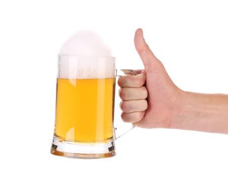 Boccale di birra con la schiuma in mano. Isolato su uno sfondo bianco.