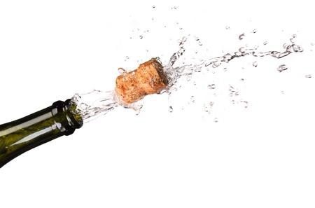 Apertura di una bottiglia di champagne isolato su uno sfondo bianco