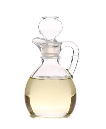 Aceto in caraffa di vetro. Isolato su uno sfondo bianco.