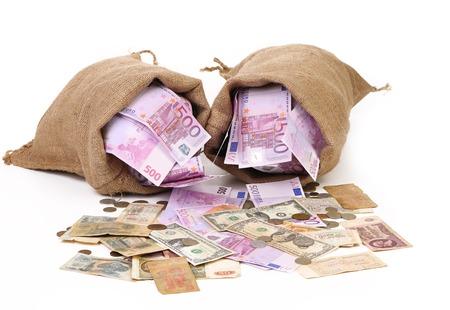 Due sacchetti con molto denaro. Isolato su uno sfondo bianco
