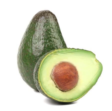 Fresh avocado tagliato a metà. Isolato su uno sfondo bianco.