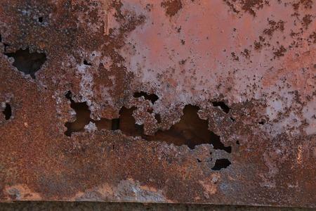 ferreteria: Brown pintura en la pared del metal con la corrosi�n. Todo el fondo.