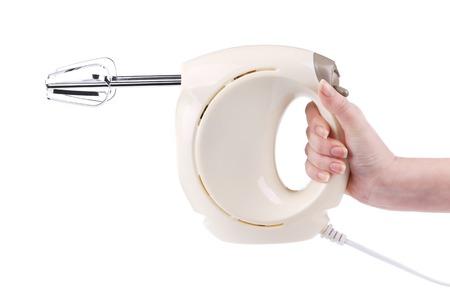 batteur �lectrique: Main tient un batteur �lectrique. Isol� sur un fond blanc.