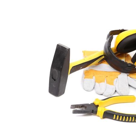 herramientas de carpinteria: Guantes y herramientas de carpinter�a. Aislado en un fondo blanco. Foto de archivo