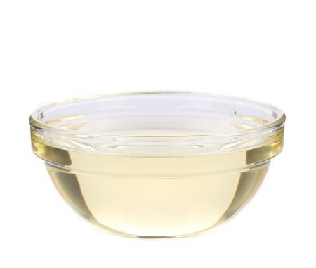 Olio di girasole in una ciotola di vetro. Isolato su uno sfondo bianco.